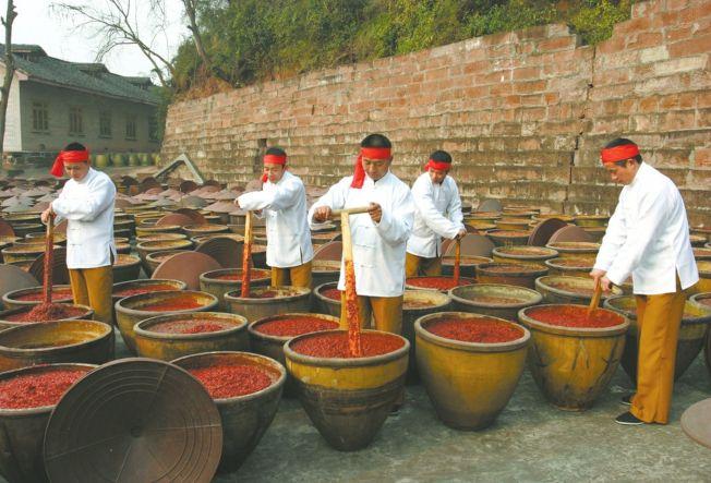 臨江寺的豆瓣生產過程。(取材自華西都市報)