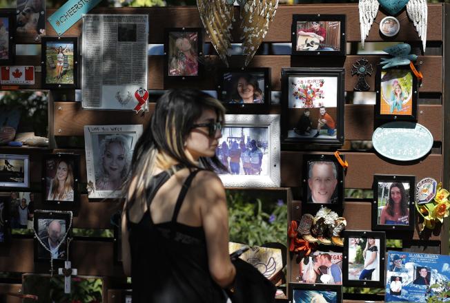 一名女子3日在拉斯維加斯賭城悼念槍擊案遇害者。(美聯社)