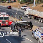 紐約法拉盛高速路7車連環撞 駕駛從翻覆皮卡逃生