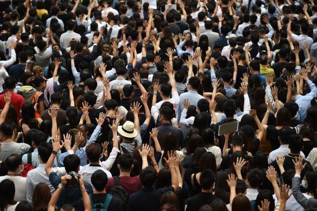 4日,在香港政府宣佈禁止蒙面法之前,示威者聚集在遮打花園(Chater Garden),舉起張開的手掌,象征「五個訴求」。(Getty Images)