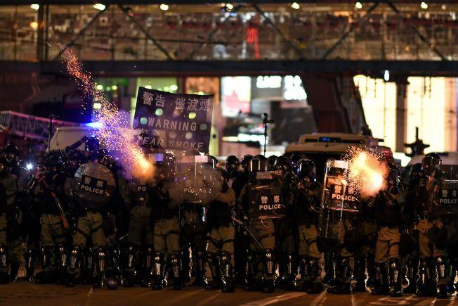 香港警察向民眾發射催淚彈。(Getty Images)