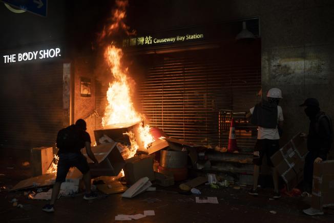 示威者在銅鑼灣站地鐵入口縱火。(美聯社)
