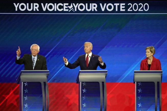 民主黨總統初選參選人桑德斯(左)與華倫(右),兩人上季募款成績雙雙超過原先領跑者前副總統白登(中)。圖為三人月前在底特律政見辯論上。(Getty Images)