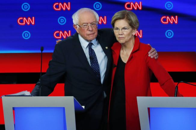 民主黨總統初選參選人桑德斯(左)與華倫(右),兩人上季募款成績雙雙超過原先領跑者前副總統白登。圖為兩人月前在底特律政見辯論上。(Getty Images)