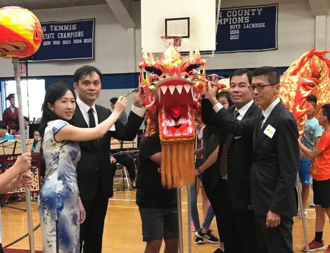 僑委會贈送普林斯頓中文學校一條舞龍,在祭孔典禮之前,舉行點睛儀式。(圖:新澤西中文學校協會提供)