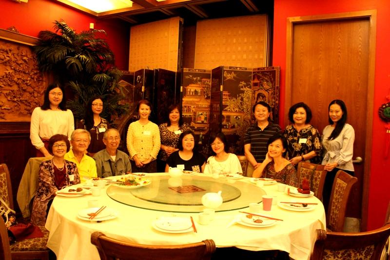 中華文化學院中文學校校長陳根雄(後排右三)和教師們。