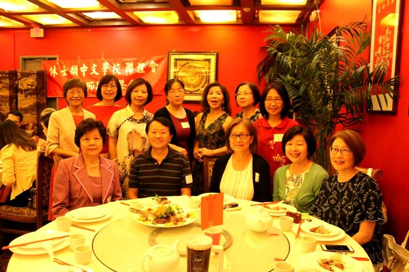 莊芳齡(前排左一)、張彩惠(後排左一)和八所中文學校校長合影。