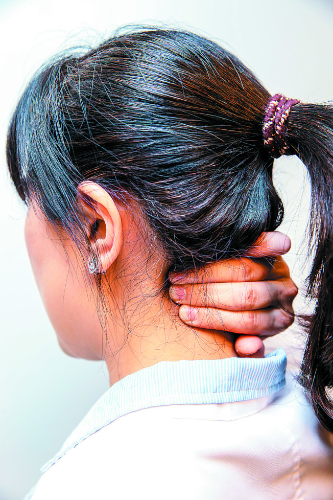 脖子單側腫起來雖然不會痛,要注意是否癌症轉移。圖非當事人。(本報資料照片)