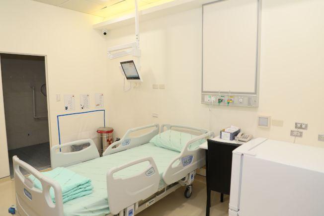 醫師楊朝瑋說明,院內設置兩間獨立單人輻射隔離病房,接受輻射碘治療病患不用苦等病房。(圖:中山附醫提供)