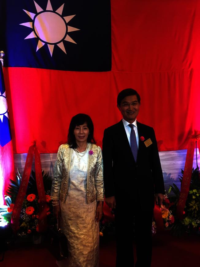 駐洛杉磯經文處處長朱文祥夫婦主持慶祝中華民國108歲生日國慶酒會。(記者謝雨珊/攝影)