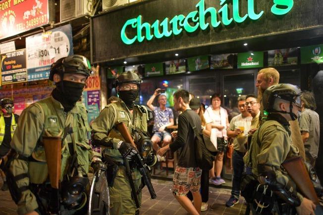 香港示威抗爭持續不斷,圖為鎮暴警察在灣仔區巡邏。(Getty Images)