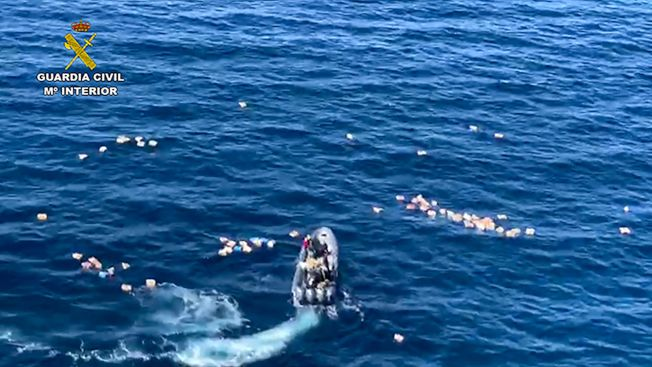 西班牙員警緝查毒品走私,卻因此落水,結果被罪犯所救。海面上可見四散的毒品。(Getty Images)