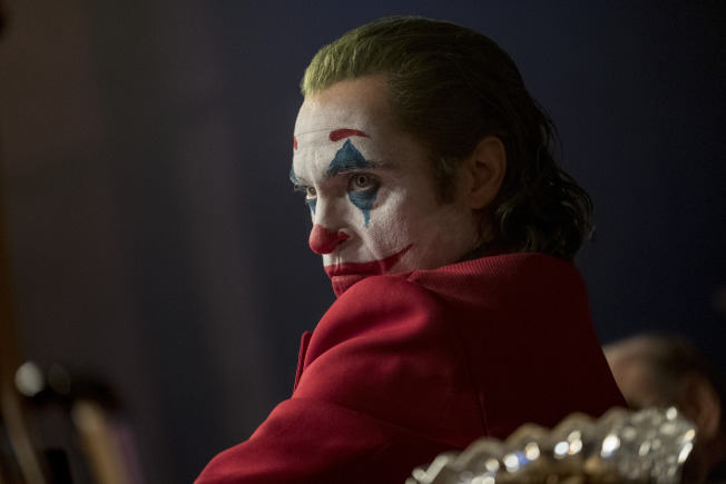 蝙蝠俠系列電影「小丑」4日晚在全美首映,各地警方如臨大敵。圖為飾演小丑的瓦昆菲尼克斯的劇照。(美聯社)