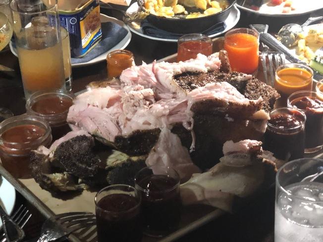 大塊吃肉的感覺很豪氣。(記者張宏/攝影)