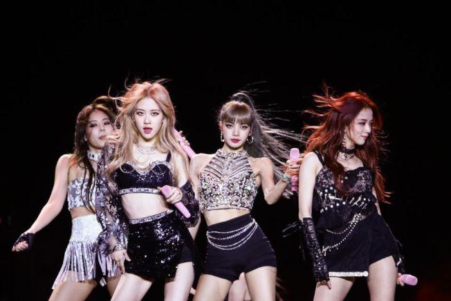 韓國女團Blackpink在Coachella音樂節上的造型,兩位成員搭配金屬鏈腰帶。(Getty Image)