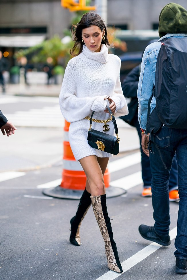 Bella Hadid 素色毛衣搭配香奈兒金屬鏈腰帶。(Getty Image)