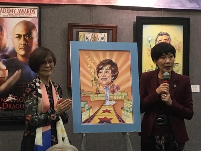 畫家紀星華(右)獻上「歸亞蕾」主題畫作給台藝大學姊歸亞蕾本人,成為全場另類亮點。(記者謝雨珊/攝影)