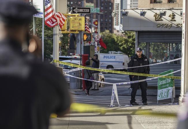 曼哈顿华埠街上游民遭铁管爆头,四人惨死,一人生命垂危。图为警方封锁现场。(美联社)
