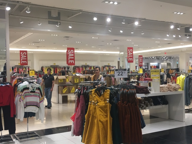 Forever 21亞凱迪亞門市的許多衣服都在打折。(記者謝雨珊/攝影)