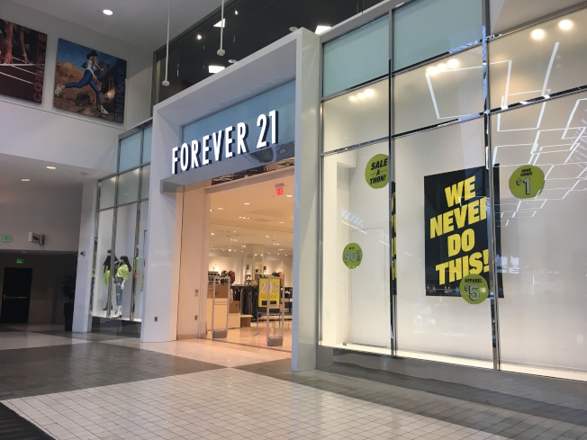 Forever 21亞凱迪亞門市促銷活動最高已到一折。(記者謝雨珊/攝影)