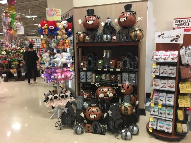 距離萬聖節不遠,超市已有萬聖節商品上市。(記者啟鉻/攝影)