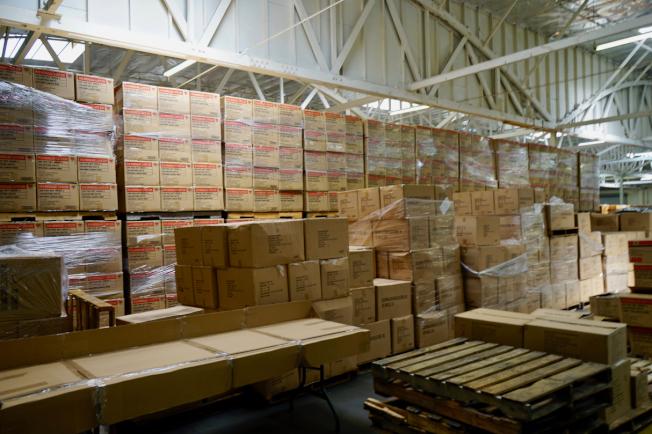 大量產品進入工廠等候重新包裝組合。(記者陳開/攝影)