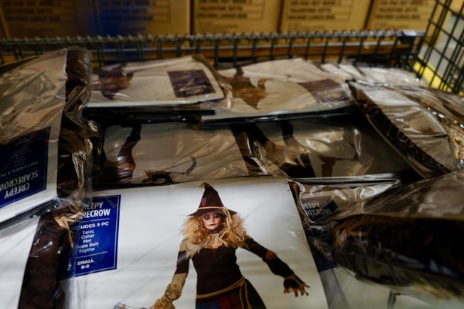 萬聖節裝扮是Mega Toys主營商品之一。(記者陳開/攝影)