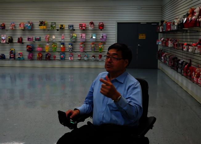 胡澤群在Mega Toys的產品展示區。(記者陳開/攝影)