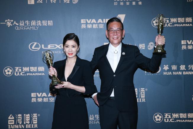 龍劭華(右)以「菜頭梗的滋味」、賈靜雯以「我們與惡的距離」榮獲第54屆電視金鐘獎戲劇節目男女主角獎。(記者許正宏/攝影)
