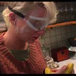 泰勒絲被媽出賣 術後素顏吃蕉影片曝光