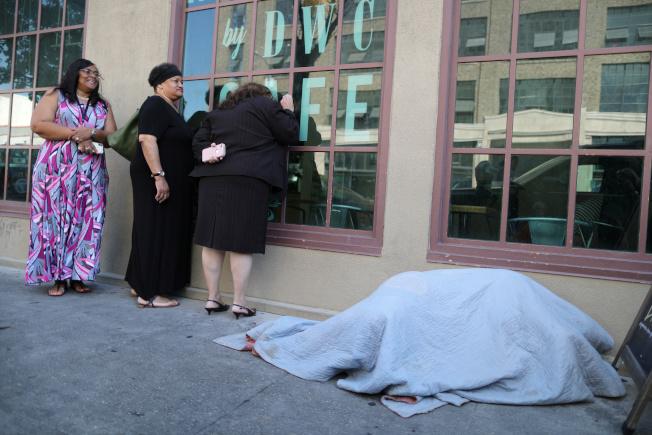 圖右為洛杉磯遊民睡在街頭。路透