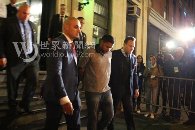 兇手桑托斯當晚9時19分被押出華埠五分局。(記者張晨/攝影)