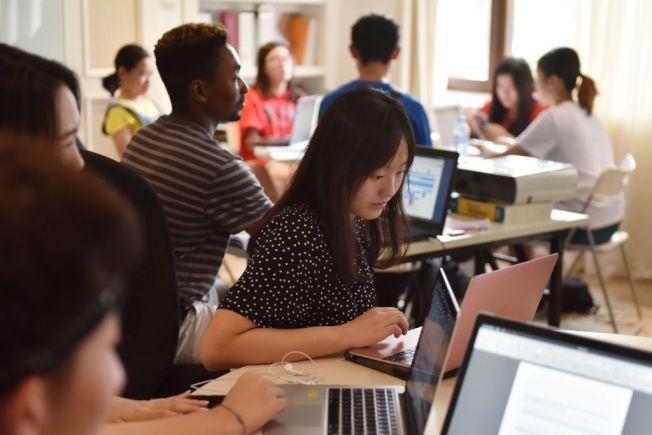 人際關係也讓大學生感到壓力。(Getty Images)