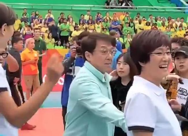 成龍(左)探班中國女排,鞏俐(右)完美呈現郎平。(取材自微博)