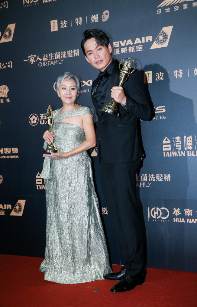 迷你劇集電視電影女配角獎由陸奕靜(左)獲得,右為男配角得主黃鐙輝(右)。(記者許正宏/攝影)