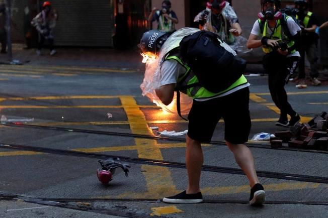 10月6日傍晚在灣仔天樂里與軒尼詩道交界,有多名記者被汽油彈擊中,一度着火,幾秒後撲滅。 路透