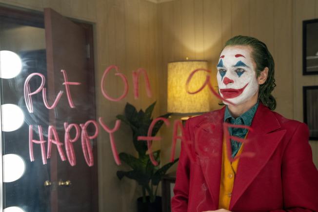 由瓦昆菲尼克斯主演的「小丑」,破10月份周末首映票房紀票,圖為片中一幕。(美聯社)