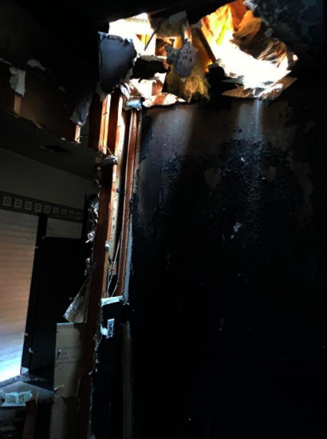 房頂也有破洞。(記者張越/攝影)