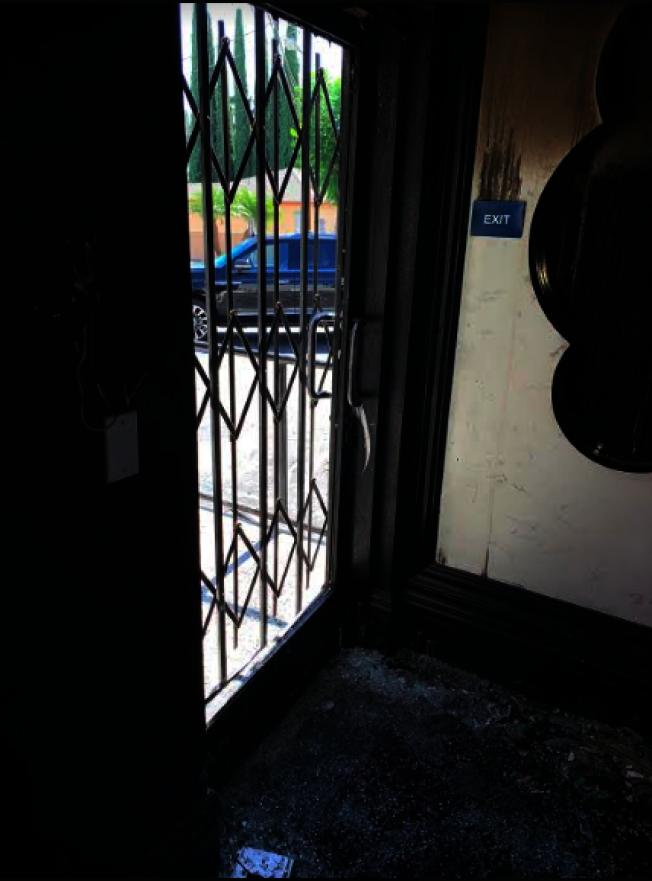 竊賊從後門破門而入。(記者張越/攝影)