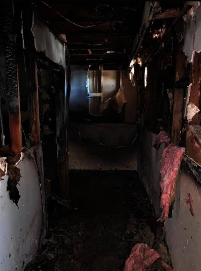 羅斯密市中餐廳「四川一號」被燒壞的牆壁。(記者張越/攝影)