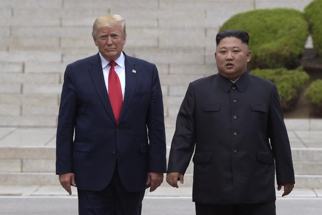 即使川普經常宣稱他與金正恩關係良好,但美國與北韓在瑞典的去核實質談判破局收場不足為奇。圖為今年6月川普總統跨入非軍事區的北韓境內,與金正恩會面。(美聯社)