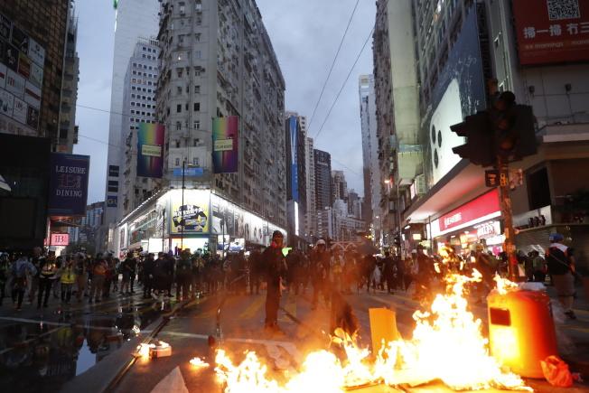 香港民眾6日上街遊行,表達對港府不滿和抗議,並與警方爆發激烈抗爭。部分示威者縱火表達憤怒。(Getty Images)