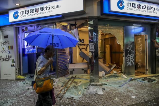 香港民眾6日仍戴著口罩、頭盔等裝備上街抗爭,部分示威者並將怒火發洩到中資銀行。圖為遭破壞的中資銀行。(歐新社)