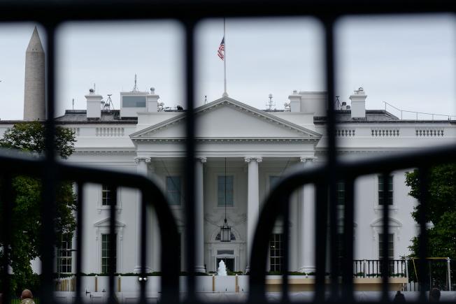 因烏克蘭電話門引爆的彈劾川普總統案,似乎越鬧越大,又有第二名吹哨者準備出面指控總統濫權。圖為6日下午的白宮外觀。(路透)