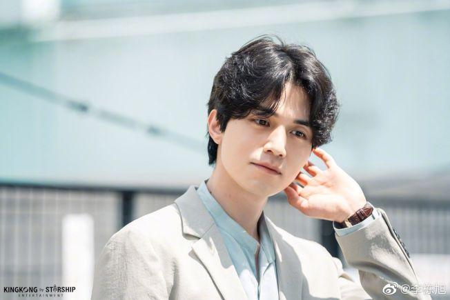 韓星李棟旭憑藉韓劇《孤單又燦爛的神-鬼怪》再度翻紅。(取材自微博)