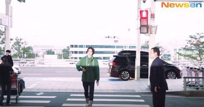 韓星李棟旭日前現身南韓仁川機場,在過馬路時直闖紅燈挨批。(視頻截圖)
