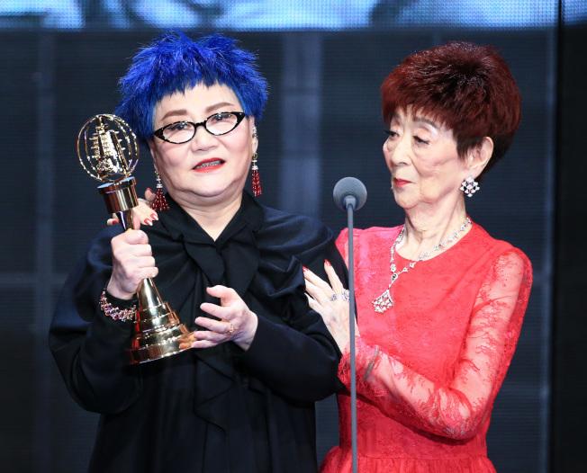 張小燕(左)獲得終身成就獎,94歲的母親一同出席領獎。(記者林伯東/攝影)