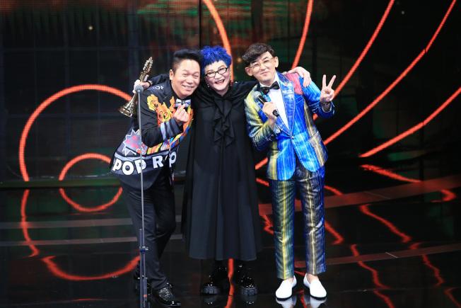 張小燕(中)獲得終身成就獎,與卜學亮(左)、黃子佼(右)合影。(記者林伯東/攝影)