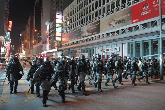 暴力和大聲抗議使旁觀者驚恐不已。(Getty Images)