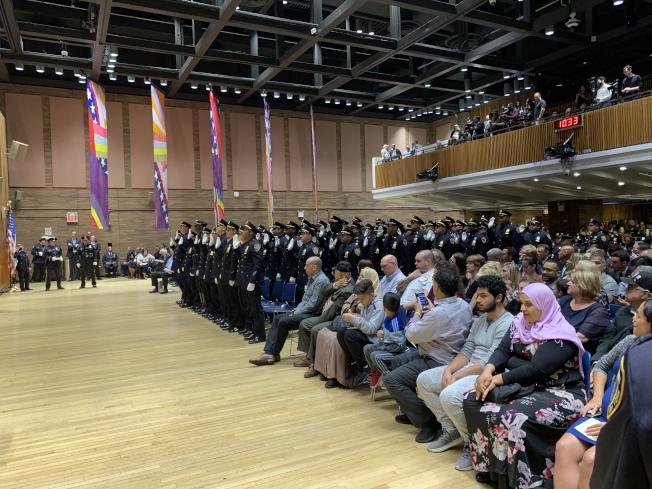 纽约市警7日在总局举行晋升礼,共163名制服及文职警察获得晋升。(记者和钊宇/摄影)